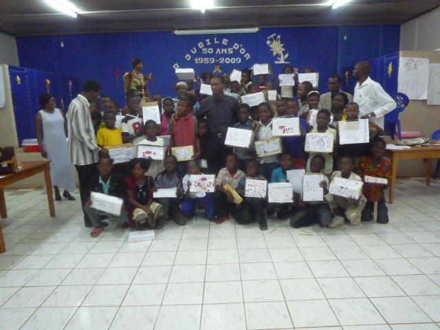 Photo d ensemble apres le camp d enfants a Boma