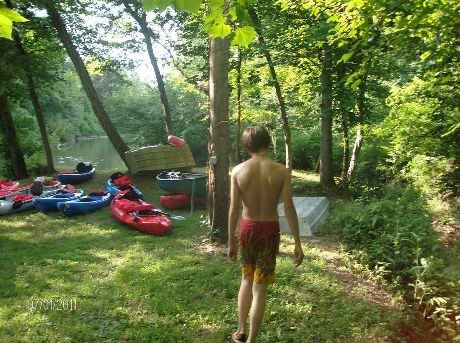 Nahele pulling in kayaks