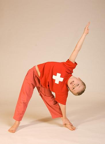 Trikonasana_Kinder-Yoga_bei_Yoga-Vidya_103