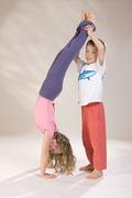 Kopfstand_-_Kinder-Yoga_bei_Yoga-Vidya_099