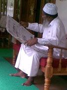 Mahaan-reading news paper