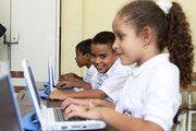 Niños-utilizando-computadoras-del Plan Canaima.