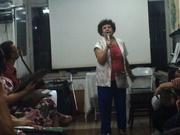 Elma Flora canta músicas de sua autoria