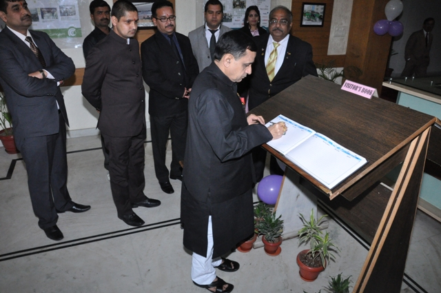 Ravindra Kumar addresses the new graduates as the Chief Guest at the First Convocation of the Shivalik, Dehradun (India) on March 4, 2014 2