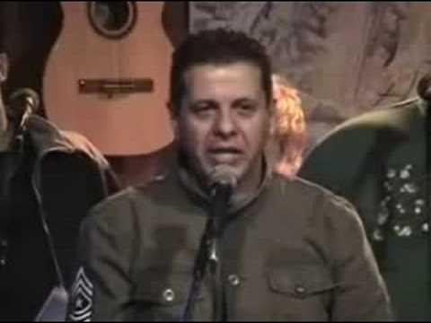 Vandré assiste militar cantar sua música, em 2008.