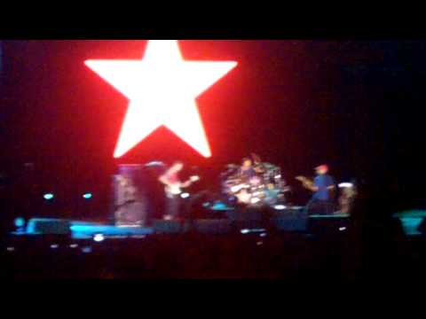 """Durante a música """"Wake Up"""", o guitarrista Tom Morello vestiu o boné do MST. Misteriosamente, a TV Globo cortou a transmissão que fazia ao vivo da apresentação."""