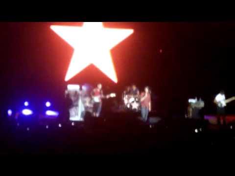 """Rage Against the Machine - No começo do bis, eles apresentaram a versão em russo de """"A Internacional"""""""