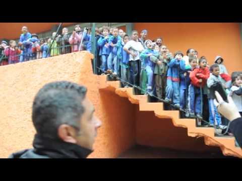 """Crianças gritam """"Lula"""" para Serra na favela"""