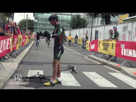 angry cyclist destroys his bike at red hook milano 2016
