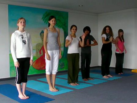 Yoga Vorführung mit den jugendlichen Absolventen der Yoga Übungsleiter Ausbildung