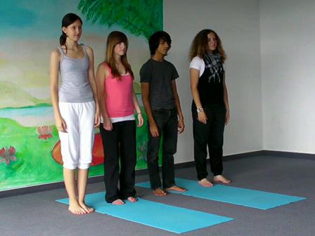 Jugendliche-Yoga Baum als Partner-Übung