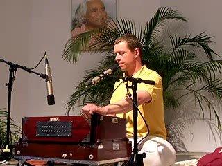 Govinda Jaya Jaya - Mantra-Singen mit Narendra