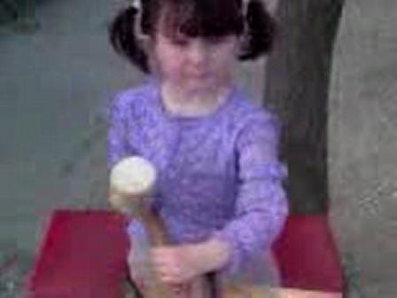 Czakó Szintia 4 évesen farag