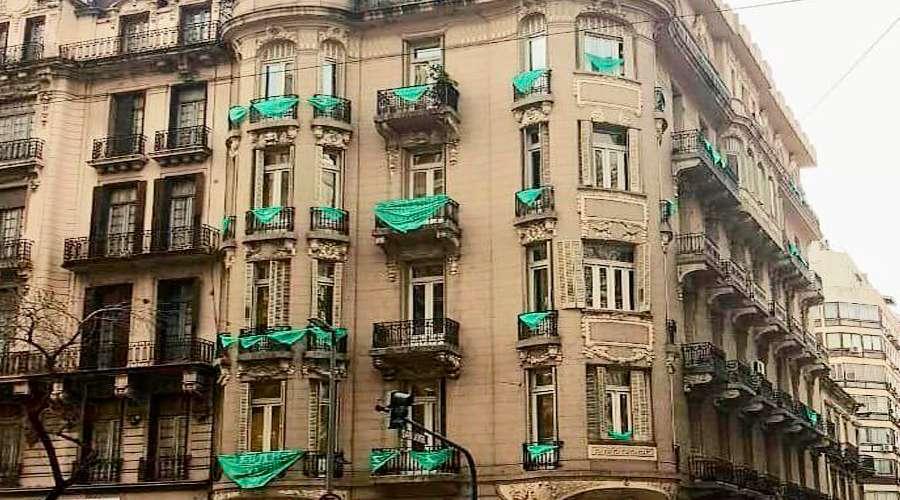 Miles exigen que retiren pañuelos verdes del aborto de edificio estatal en Argentina
