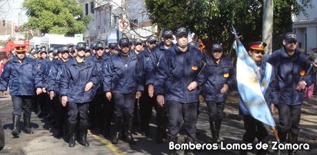 "Desfile en la puerta del Cuartel Nº 1 ""Banfield"""