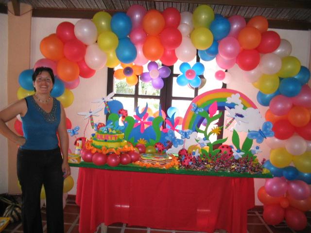 Decoracion de mesas y arco de globos