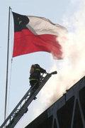 Bombero chileno sobre Mecánica en trabajo en altura / Foto Destacada por la Hermandad de Bomberos