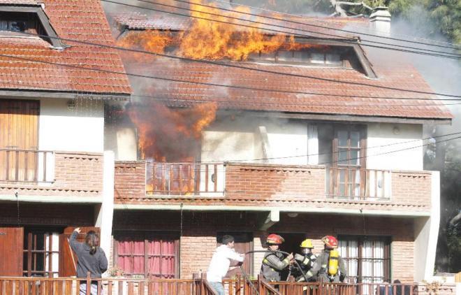 Incendio de Duplex - Bomberos Voluntarios Villa Gesell - Bs.As. Argentina.