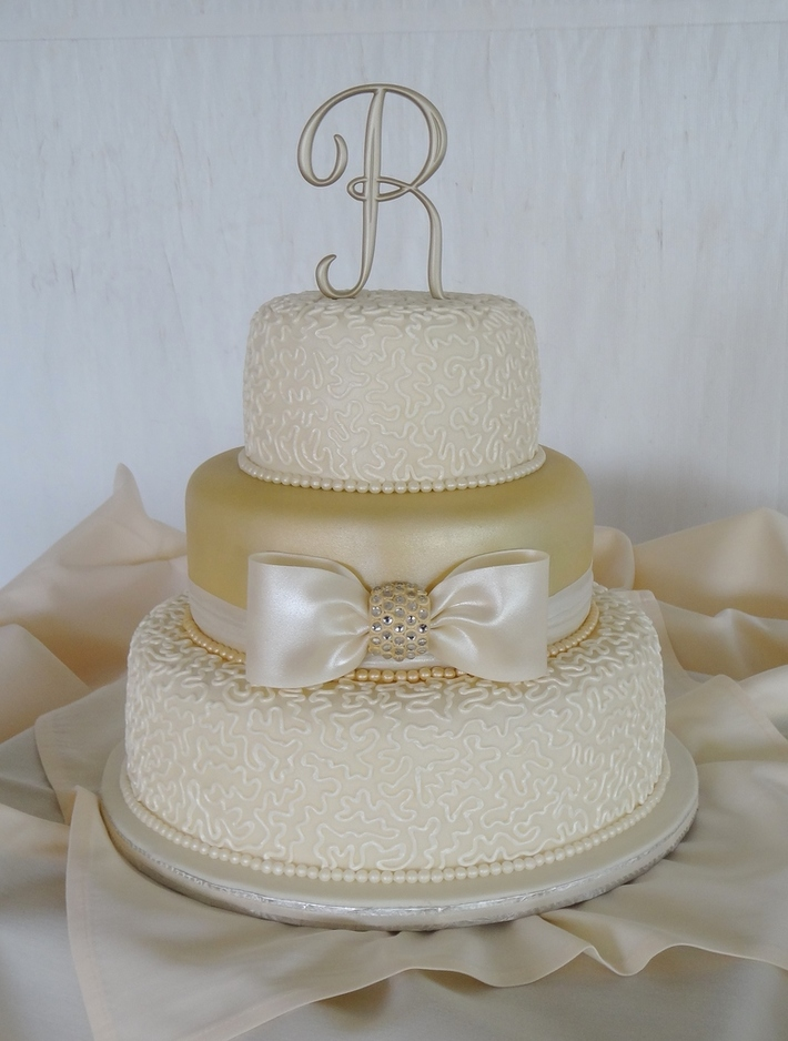 Golden shimmer, cornelli lace and pearls - 922F
