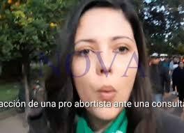 Feminista agredió a un periodista cuando le preguntó el sentido de la marcha y por qué el uso del pañuelo verde