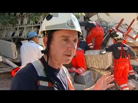 Bomberos del Reino Unido en el rescate del milagro en Haití