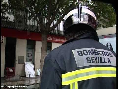 ESPAÑA : Dos afectados por inhalación de humo tras incendiarse una sucursal bancaria / Bomberos de Sevilla