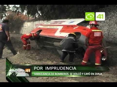 10.12.11 / Ambulancia de bomberos se volcó y cayó en zanja - Trujillo / PERÚ