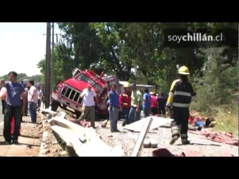 Tres bomberos lesionados en accidente de carro bomba fueron derivados al Hospital de Chillán
