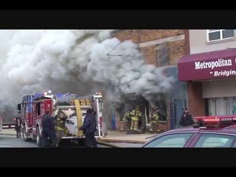 Denso humo y fuego en frente comercial.City of Gary, Indiana.