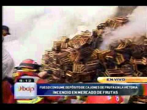12.01.2012/ Incendio consume depósito de cajones en el Mercado de Frutas / PERÚ