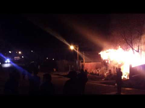 19/08/12 Incendio de Vivienda por enfrentamientos con la policia / Arribo de la dotación entre disparos / Bomberos Voluntarios de San Martín de los Andes./ Neuquen en Argentina