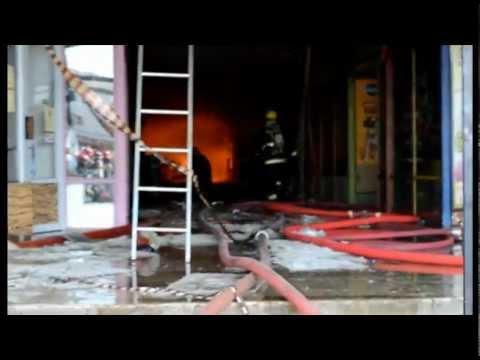 Incendio en pleno centro de Valdivia afecto locales comerciales y se expandió por toda una manzana / Valdivia, Chile