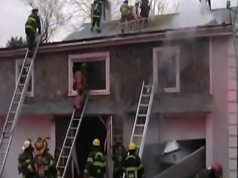 Un montón de escaleras en Incendio en Harmonville / Incendio Estructural / Pensylvania, Estados Unidos