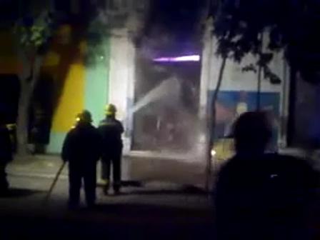 Vídeo de Analisis: Incendio en Ferretería de grandes proporciones / Cuerpo de Bomberos de Saladillo, Buenos Aires en Argentina / Vídeo Destacado de La Hermandad de Bomberos