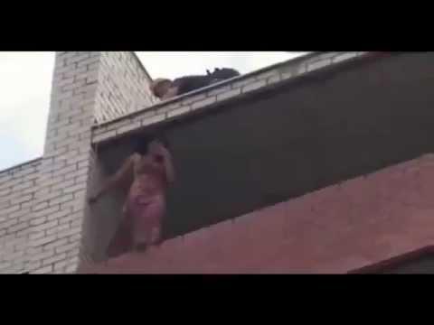 Rescate vertical / Héroe Bombero salva Chica suicida de saltar de edificio / Stavropol, Rusia