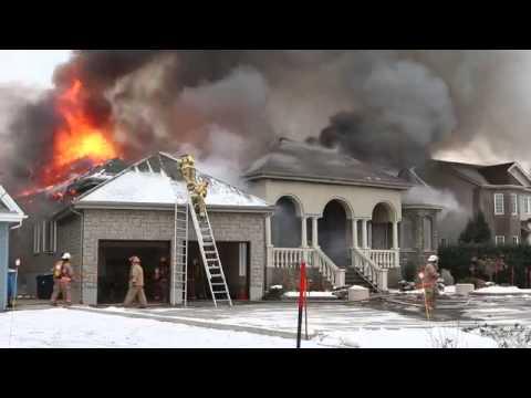 Dic 4, 2012  Casa en llamas, bomberos caen de escalera