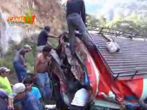 09 DE SEPTIEMBRE DE 2013 - ACCIDENTE DE BUS, DEJA MAS DE 40 MUERTOS, EN SAN MARTIN DE JILOTEPEQUE / CHIMALTENANGO EN GUATEMALA