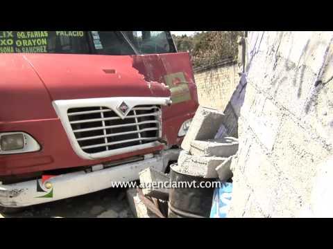 ACCIDENTE DE AUTOBUS CAUSA 14 HERIDOS Y TERMINA DENTRO DE TALLER MECÁNICO / TOLUCA, MÉXICO