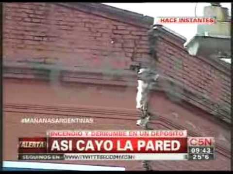 TRAGEDIA: INCENDIO Y DERRUMBE DE DEPOSITO EN EL BARRIO DE BARRACAS - BUENOS AIRES EN ARGENTINA / Ví…