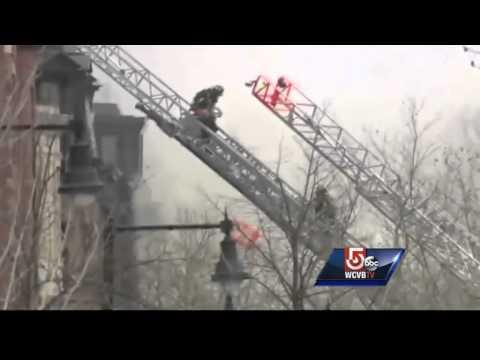 2 bomberos de Boston muertos, 8 heridos luchando contra el fuego 9-alarma