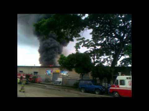 INCENDIO DE BODEGAS DE PLASTICOS DONDE SE ALMACENABAN MATERIALES PELIGROSOS / CUERPO DE BOMBEROS DE…