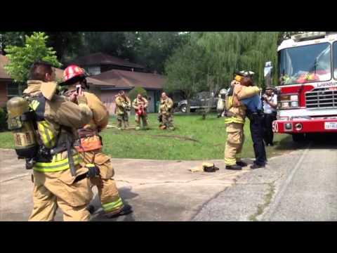 Martes, 10 de junio de 2014 bombero  fingió un incendio  para proponerle matrimonio a su novia policía