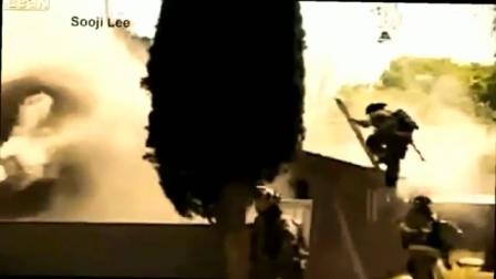 UN BOMBERO DE FRESNO EN ESTADO CRITICO AL CAER DE UN TECHO DURANTE UN INCENDIO ESTRUCTURAL - CALIFORNIA EN ESTADOS UNIDOS (2) / Video Destacado de La Hermandad de Bomberos
