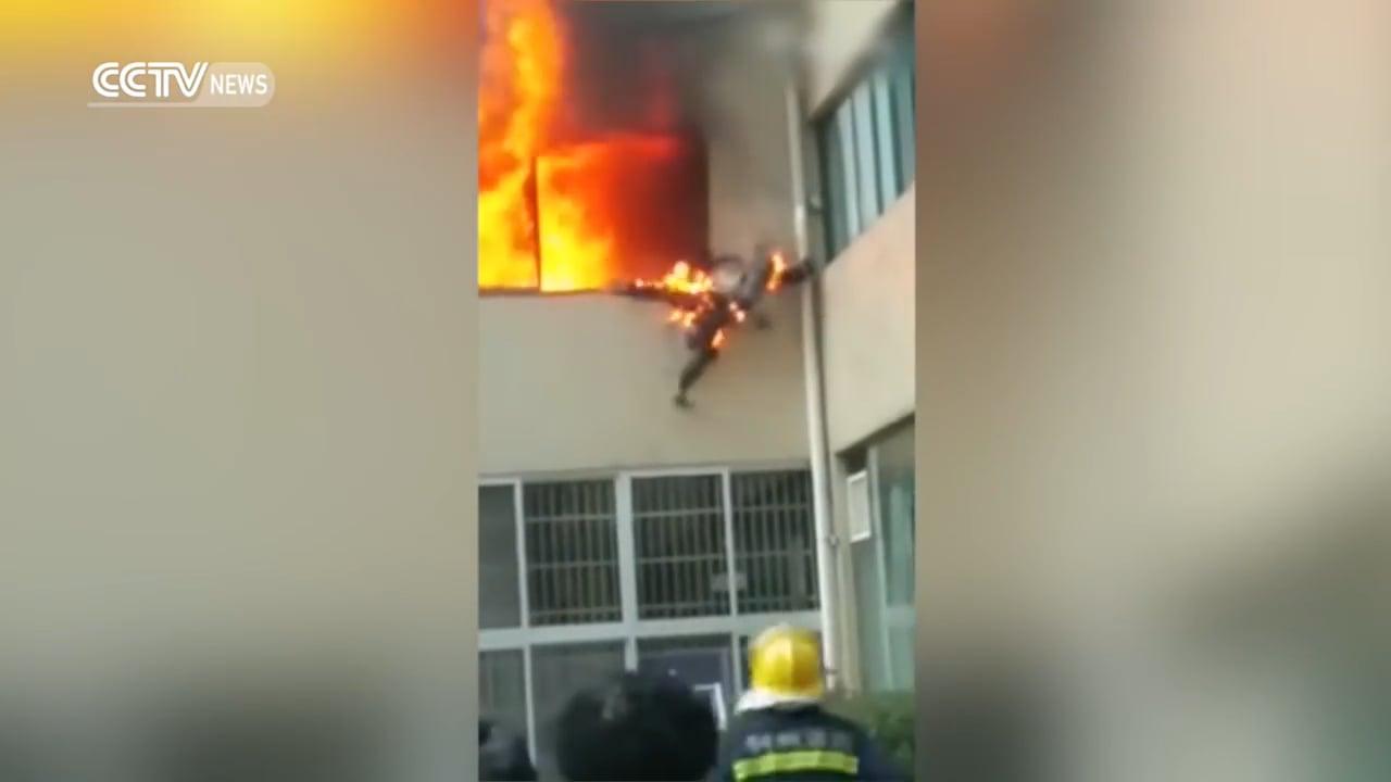 BOMBERO SALTA EN LLAMAS DESDE UNA VENTANA EN CHINA / Vídeo Destacado de La Hermandad de Bomberos