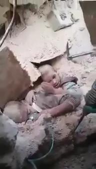 RESCATISTAS TRABAJAN CON DOS NIÑOS EN LA CIUDAD DE ALEPO (SIRIA) LUEGO DE UN BOMBARDEO