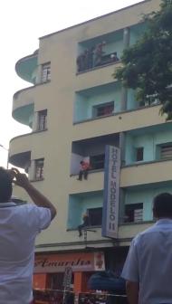 RESCATE VERTICAL: BOMBEROS DE UBERABA EVITAN INTENTO DE SUICIDIO DESDE PRIMER PISO EN EL HOTEL MODELO - BRASIL