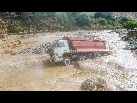 DESASTRE EN PERU   VEHICULOS CAIDOS EN EL RIO CHILLON EN SANTA ROSA DE QUIVES