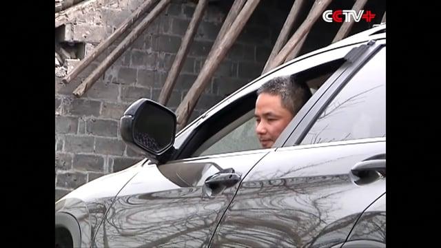 CAPTADO EN VÍDEO: UN AUTOMÓVIL SALTA DESDE UNA AUTOPISTA Y TERMINA EN EL TECHO DE UNA CASA - CHINA