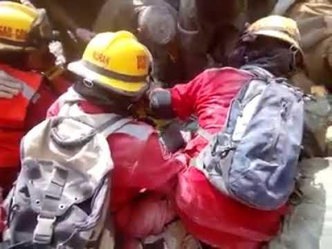 RESCATE DE UNA PERSONA DEBAJO DE LOS ESCOMBROS POR PARTE DE BOMBEROS DE GUADALAJARA