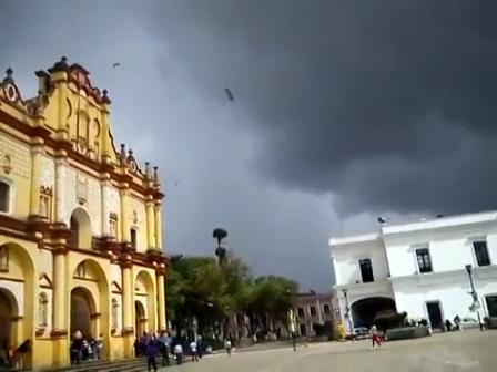 TORNADO EN CHIAPAS? FUERTES VIENTOS CUSARON DAÑOS AL CENTRO HISTÓRICO DE SAN CRISTOBAL DE LAS CASAS - CHIAPAS EN MÉXICO / Vídeo Destacado de La Hermandad de Bomberos